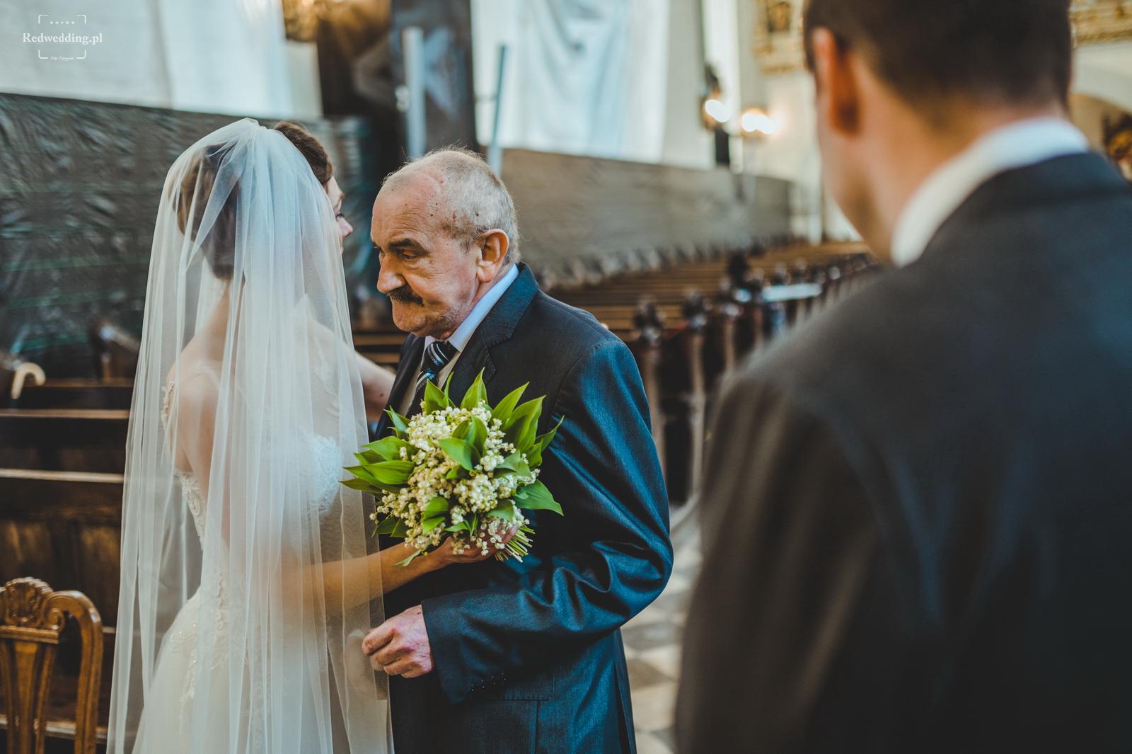 Ojciec prowadzi pannę młodą do ołtarza
