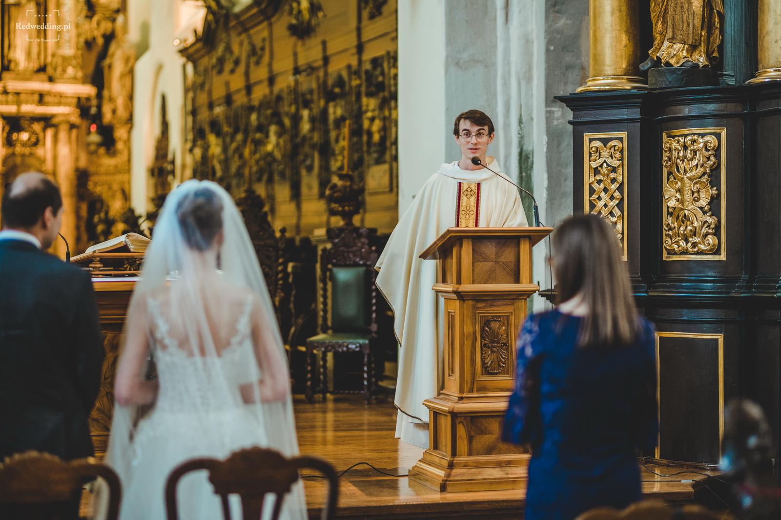 Ksiądz wygłasza kazanie na ślubie