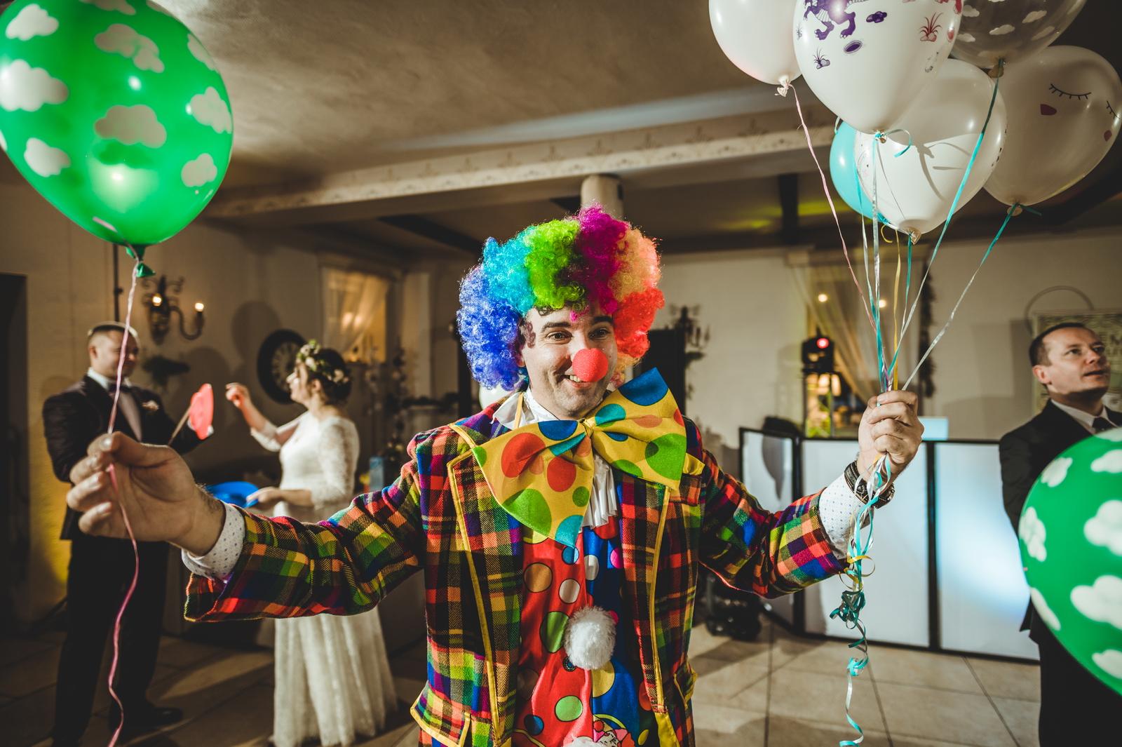 Wodzirej przebrany za klauna na weselu