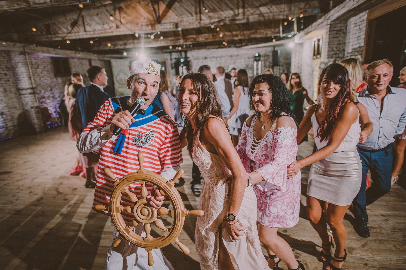 Wodzirej przebrany za marynarza na weselu