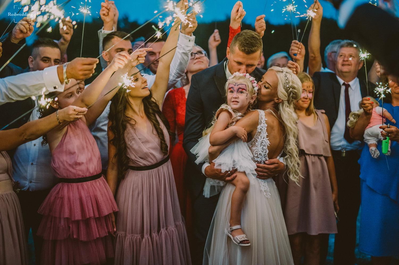 Para młoda z córeczką na rękach