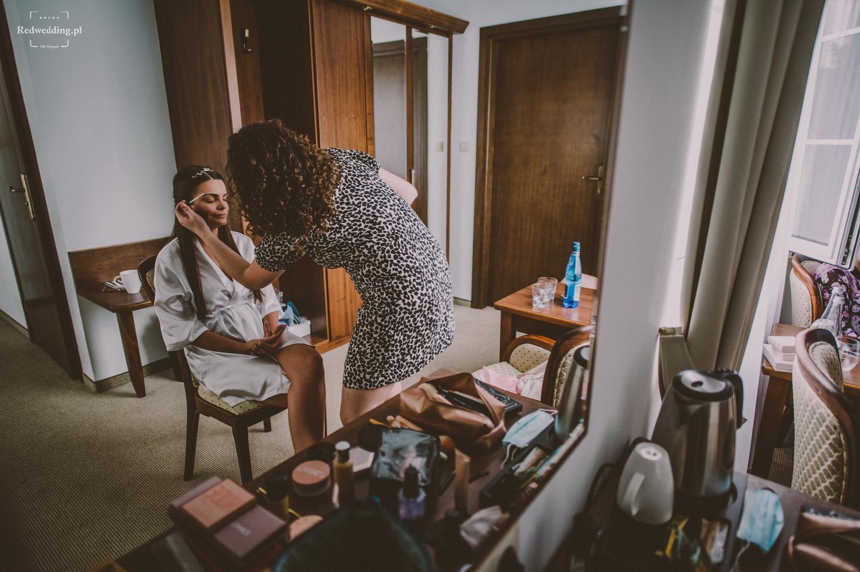 Makijażystka maluje pannę młodą