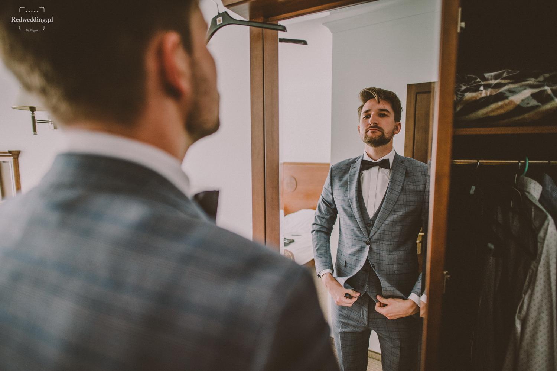 Pan młody przegląda się w lustrze