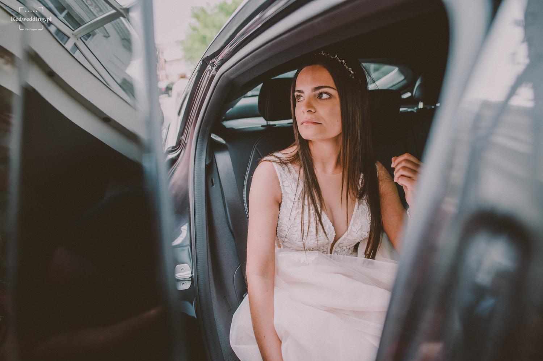 Panna młoda siedzi w samochodzie
