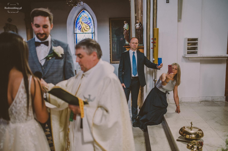 Goście weselni robią zdjęcia