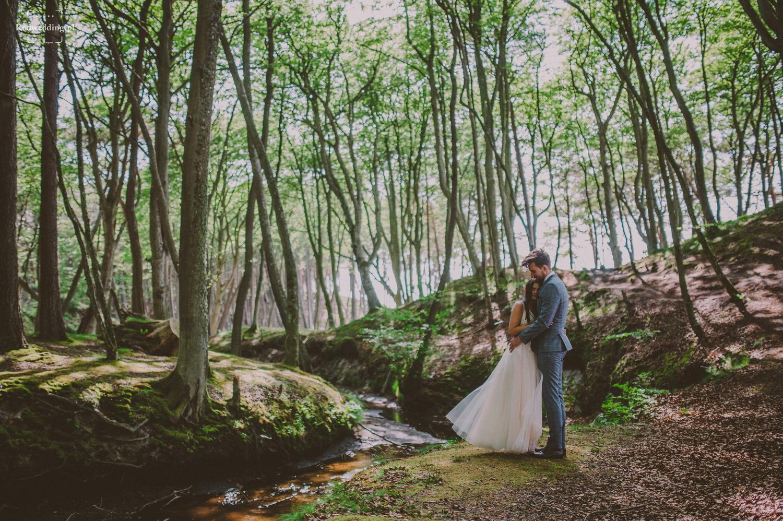Para młoda stoi w lesie