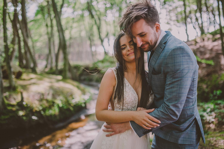Para młoda przytula się w lesie