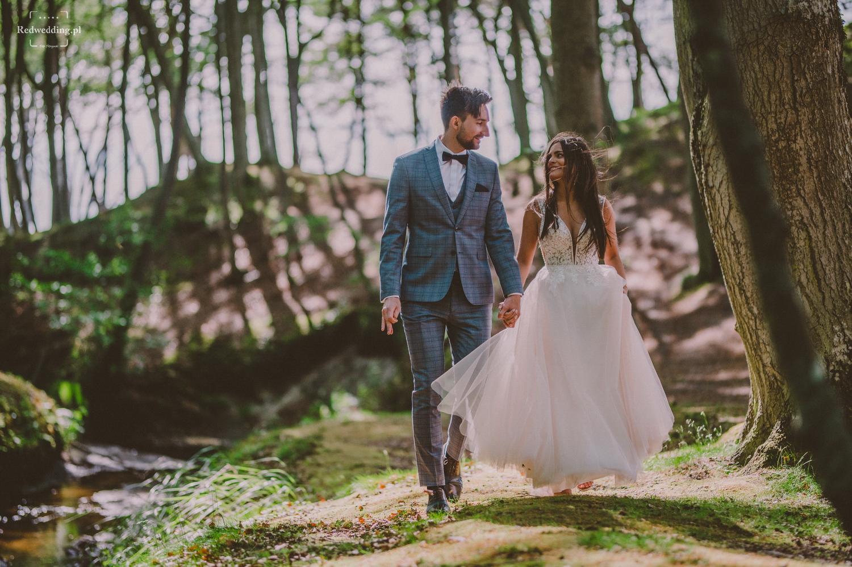 Para młoda idzie przez las