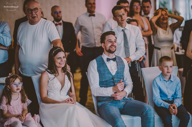 Para młoda podziwia show na weselu